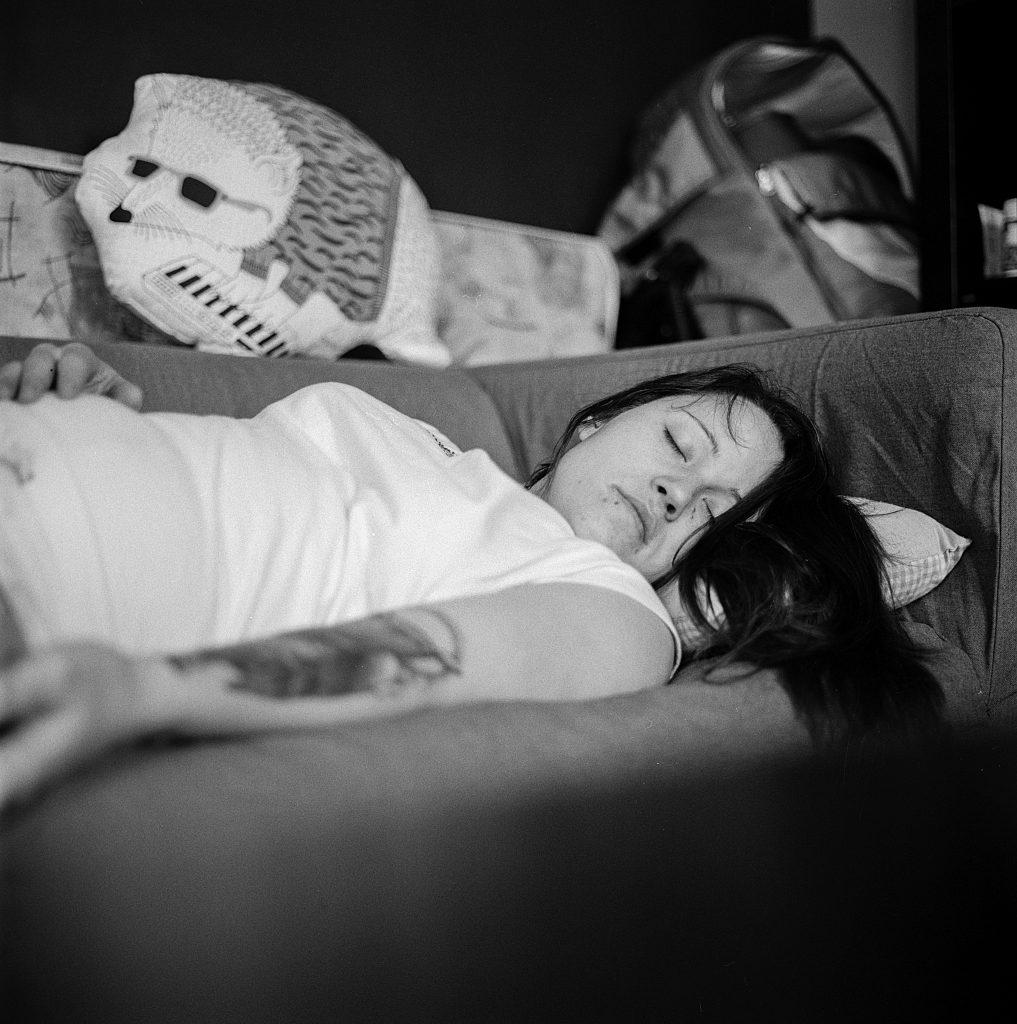 Femme-tatouée-qui-dort