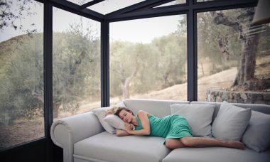 Femme-endormie-dans-son-salon