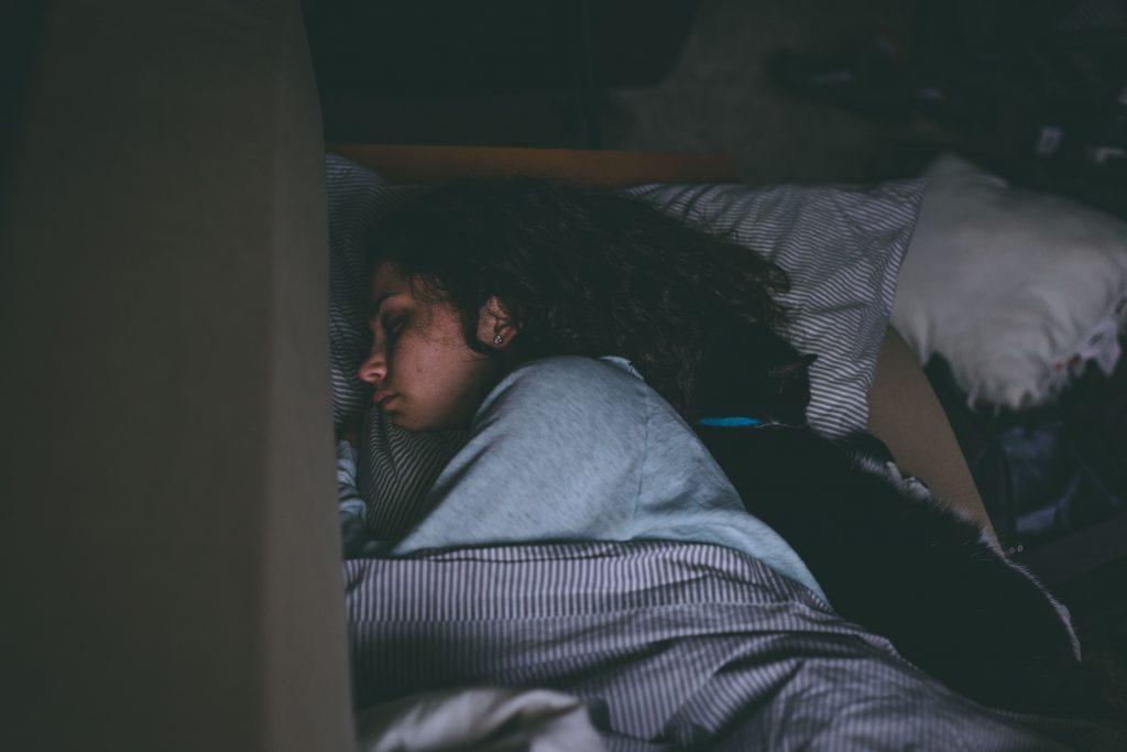 Femme-endormie-dans-sa-chambre